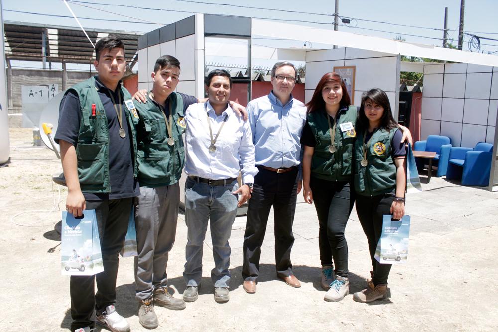 CETP de Maipú: profesor Michel Castillo junto a los estudiantes Yanina Contreras, Vanessa Fernández, Iván López y Jean Vidal, acompañados por Andrés Wallis, vicepresidente de Fundación Telefónica.