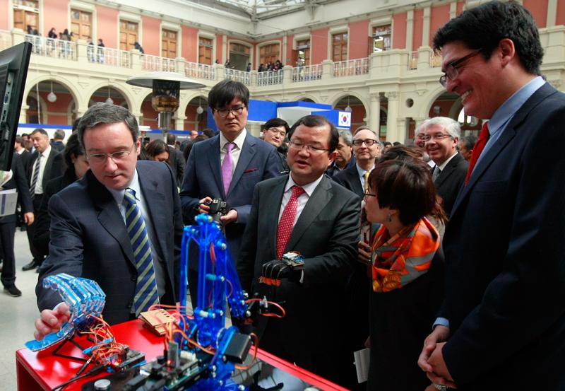 Viceministro del Ministerio de Ciencia, Tic y Planificación Futura de Corea, Jaeyou Choi conoce los prototipos de Fundación Telefónica.