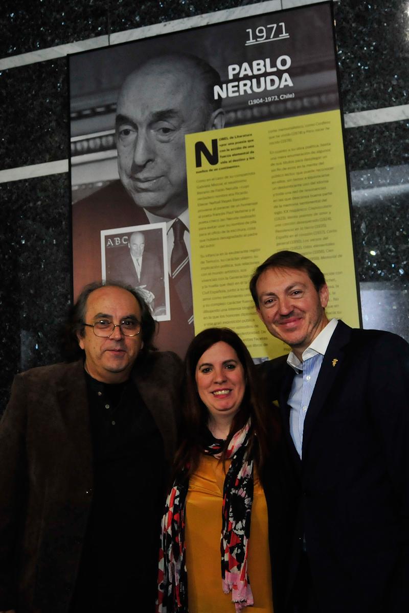 Bernardo Reyes, sobrino nieto de Pablo Neruda, junto a la curadora Judit Arteaga y Santiago Vivanco.