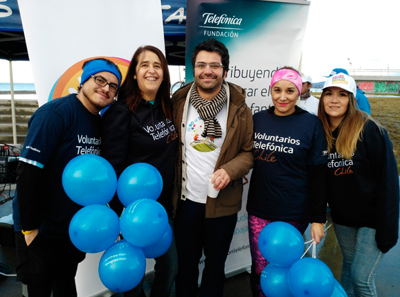 Voluntarios Telefónica junto al eremi del Trabajo y Previsión Social, Carlos Abarzúa