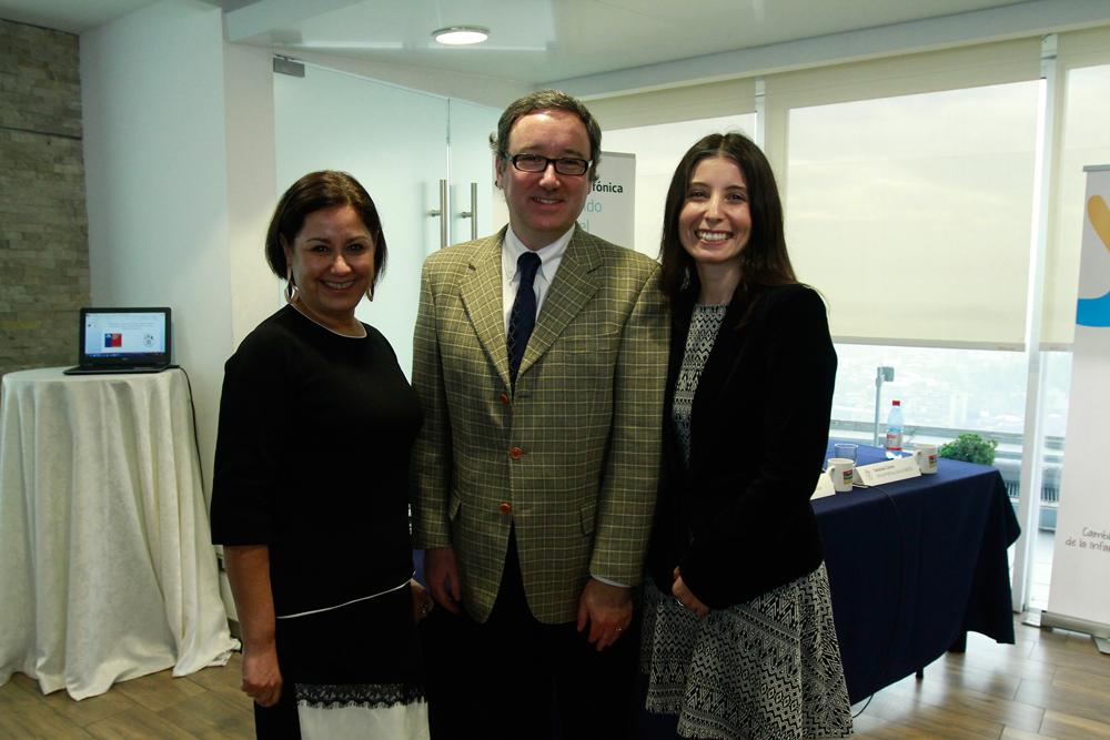 Angélica Alarcón, gerenta de Fundación Telefónica; Andrés Wallis, vicepresidente de Fundación Telefónica, y Patricia Roa, oficial de programación de la OIT en Chile.