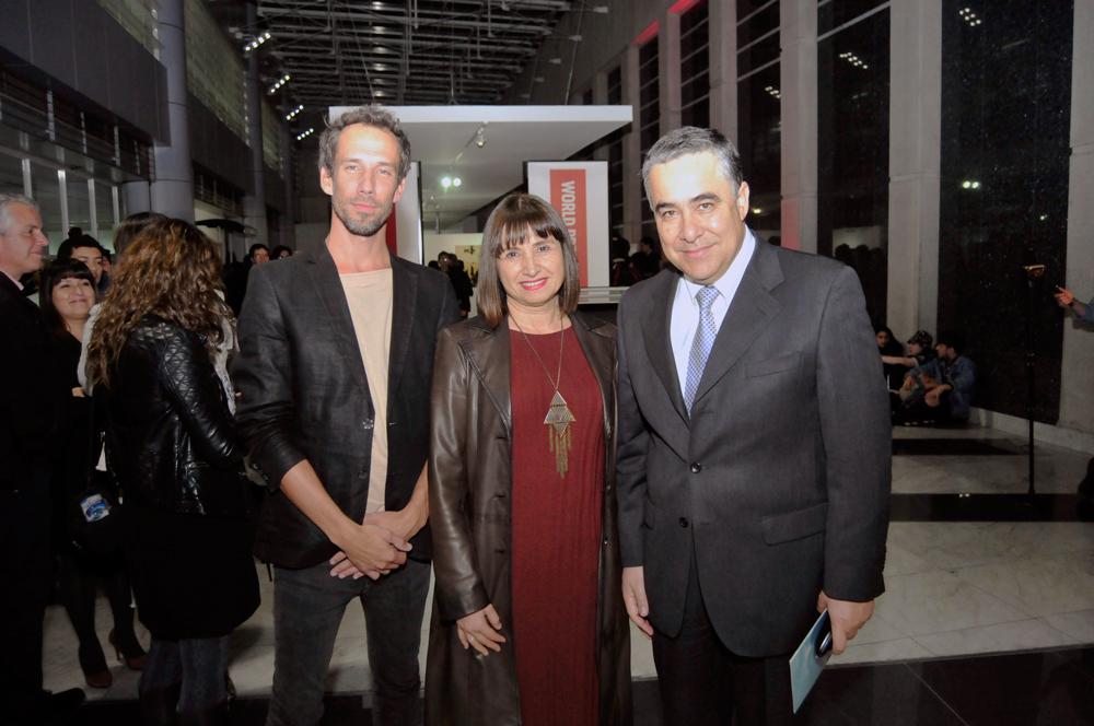 Erik de Kruijf, curador de World Press Photo; Ana Tironi, subdirectora del CNCA, y Claudio Muñoz, presidente de Fundación Telefónica.