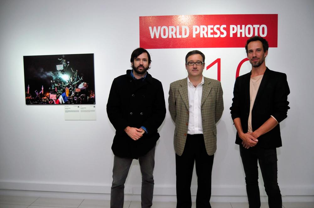 Felipe Coddou, coordinador área de Fotografía del CNCA; Andrés Wallis, vicepresidente de Fundación Telefónica, y Erik de Kruijf, curador de World Press Photo.
